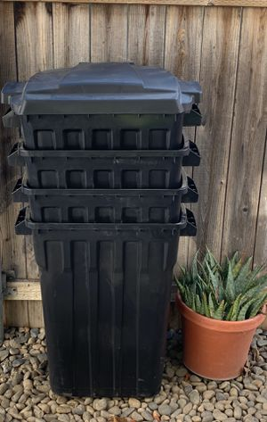 32 Gallon Trash Containers With Lid and Wheels for Sale in Sacramento, CA