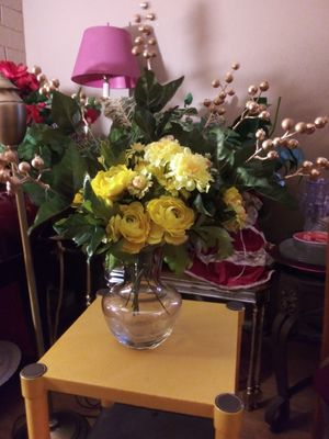 """VINTAGE CRYSTAL VASE W/ARTIFICIAL FLOWERS INCLUDED 23"""" NORMAL WEAR CLEAN $30.00 ENGLISH-SPANISH for Sale in Mesa, AZ"""
