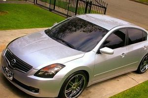 2OO8 Nissan Altima price $1000 for Sale in Los Angeles, CA