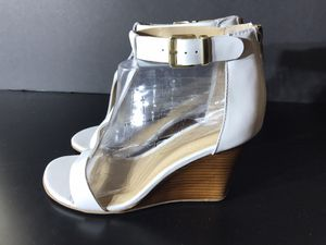 GENTLY USED - Kenneth Cole Reaction White Leather T-strap sandals size 8.5 for Sale in La Mesa, CA