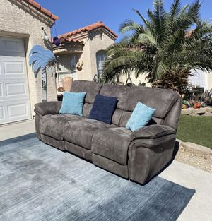Beautiful Powers recliner long sofa ( FREE DELIVERY 🚚) EXCELLENT CONDITIONS for Sale in North Las Vegas, NV