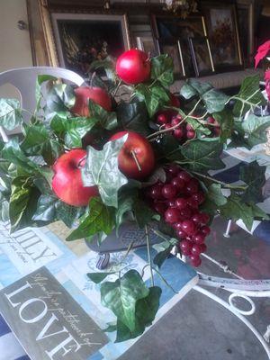 Arreglo de frutas De home interior buenas condiciones for Sale in El Monte, CA