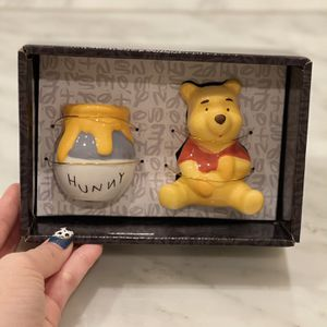 DISNEY Winnie The Pool Salt & pepper Shaker for Sale in Las Vegas, NV
