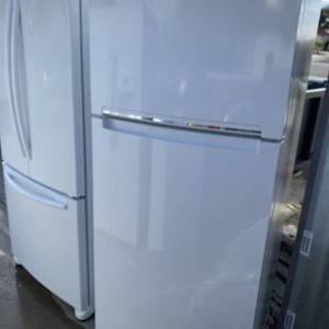 2020 Model Whirlpool White Top And Bottom Refrigerator And Freezer for Sale in Moreno Valley, CA