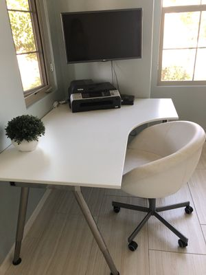 Corner office desk and chair for Sale in Carlsbad, CA