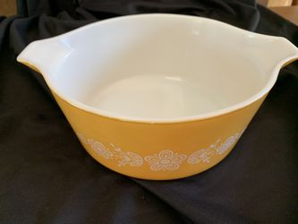 Pyrex 2 ½ qrt Cinderella bowl. Yellow/orange for Sale in Orange,  CA