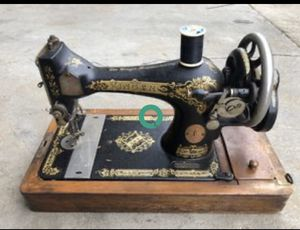 Antique singer sewing machine with wooden carry case for Sale in Pigeon Forge, TN