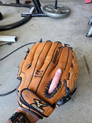 Right handed baseball glove for Sale in Riverside, CA