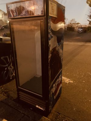 TRUE COMMERCIAL BEVERAGE FRIDGE FREE for Sale in Tacoma, WA