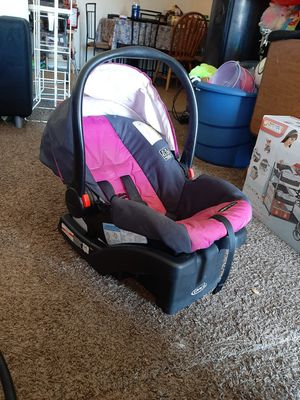 Graco car seat with the base. Only used it for 3 months since the baby was too big for it for Sale in Lubbock, TX