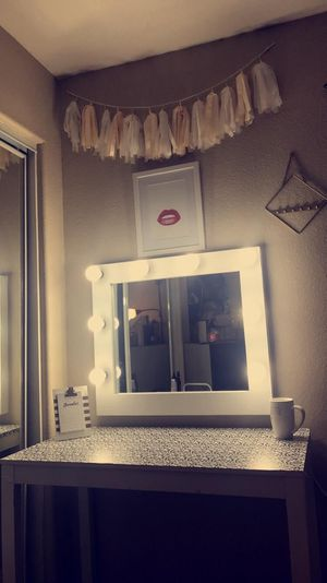 Makeup vanity mirror No Desk for Sale in Moreno Valley, CA