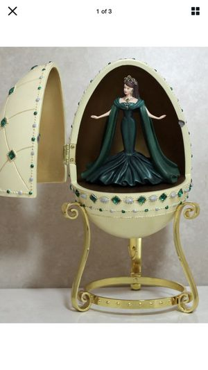 2000 MATTEL EMPRESS OF EMERALDS BARBIE MUSICAL EGG WITH STAND COLLECTIBLE for Sale in Union, NJ