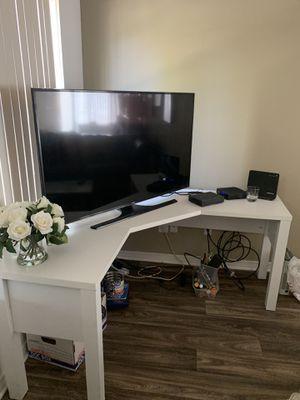 White corner desk for Sale in Aurora, OH