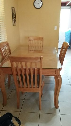 Dining room table with four chairs for Sale in Hialeah, FL