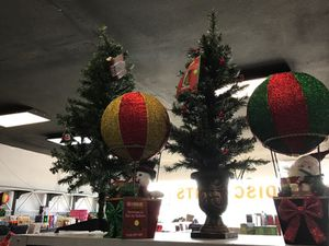 Small Christmas tree and hot air balloon decorations for Sale in Mesa, AZ