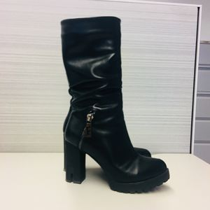 Leather Boots Gorgeous Shoes Worn only a few times size 7.5 for Sale in Chicago, IL