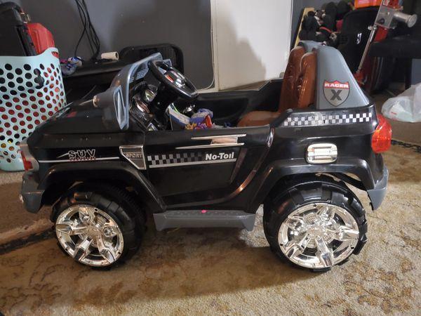 Carro de policía para niño todo trabaja bien solo que necesita cargador