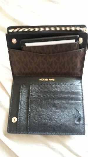 Michael kors wallet for Sale in Los Angeles, CA
