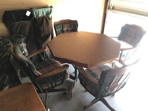 Breakfast Dining Table w chairs that are on wheels and swivel for Sale in Las Vegas, NV
