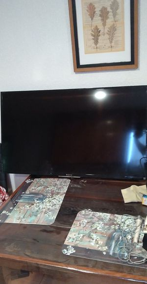 35 inch Sony Bravia with wall mount for Sale in Turlock, CA