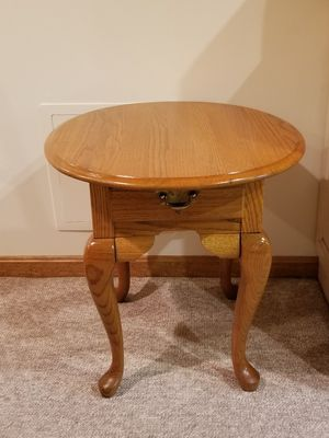 Broyhill Queen Anne Oak End Table with drawer for Sale in Pittsburgh, PA
