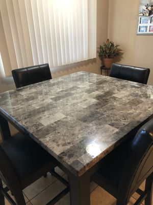 Kitchen / Dining Room Table (chairs included) for Sale in Belleville, IL