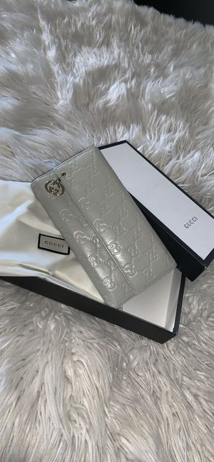 Auth Gucci leather trifold wallet great condition and clean for Sale in Phoenix, AZ