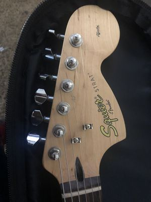 Squirer strat fender guitar with road runner case for Sale in Lynnwood, WA