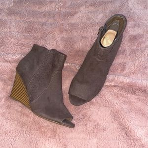 grey ankle boot/wedges. size 6 for Sale in Murfreesboro, TN