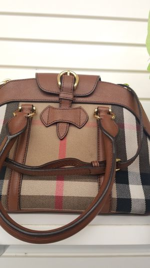 Ladies Burberry purse for Sale in Kissimmee, FL