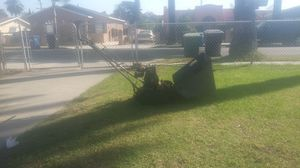 Lawnmower front catcher briggs and Stratton in excellent conditions ready 2 use for Sale in Bell Gardens, CA