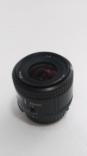 Exe ++++ Nikon 35mm af f/2.0 D Lens. Metal 52mm lens hood included. for Sale in Fort Lauderdale, FL