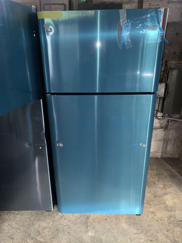 New scratch & dent FRIGIDAIRE top freezer refrigerator in excellent conditions