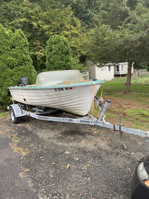17ft boat needs work, engine used to run needs work. for Sale in North Branford, CT