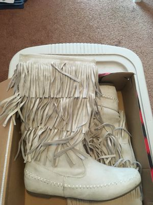 Arizona size 9 ivory fringe boot for Sale in Munhall, PA