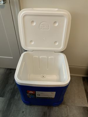 Igloo ICE CUBE 60 QT ROLLER COOLER - holds 90 12-oz cans for Sale in St. Louis, MO