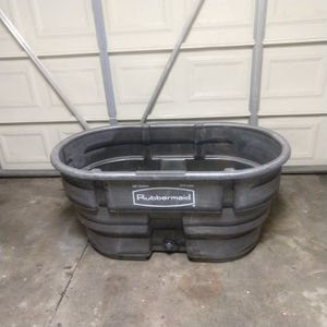 Rubbermaid tub 100 gallons for Sale in Moreno Valley, CA