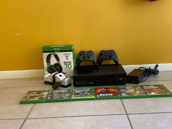 Xbox one x series with charging stand turtle beach recon 70 gaming headset with Games