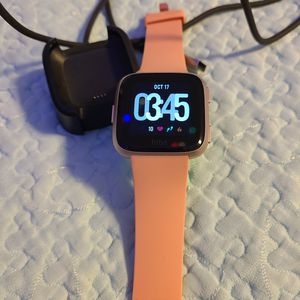 FITBIT Versa Rose Gold for Sale in Tacoma, WA