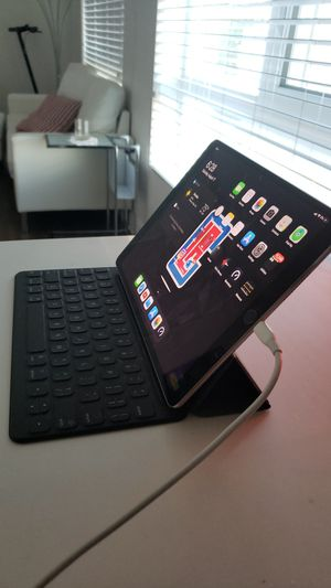 iPad pro 10.5 with smart keyboard for Sale in Glendale, CA