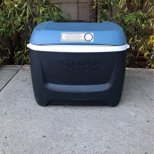 Large Igloo Cooler On Wheels for Sale in Los Angeles, CA