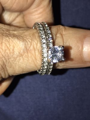 Beautiful set of wedding rings all the round with sparkles stones in silver plated #8 only $50 OBO area San Ysidro for Sale in Tijuana, MX