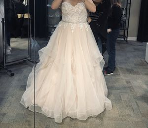 Wedding dress (NEVER WORN) for Sale in Puyallup, WA
