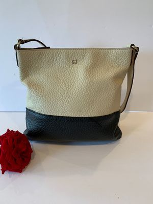 Kate Spade cute purse. Gently used Almost New No cracks. No scratches . Perfect condition for Sale in Santa Clarita, CA