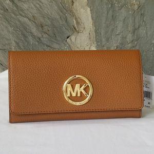 NWT Michael Kors Fulton Gusset Carryall Wallet for Sale in Roseland, VA