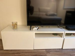 White glass top tv stand for Sale in Palm Beach Gardens, FL
