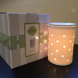 SCENTSY ETCHED CORE SILHOUETTE Wax Warmer White Porcelain Glows (No Wrap) *NEW* for Sale in Lake Stevens, WA