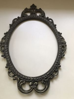 OVAL ANTIQUE BRASS PICTURE/MIRROR FRAME for Sale in Des Plaines, IL