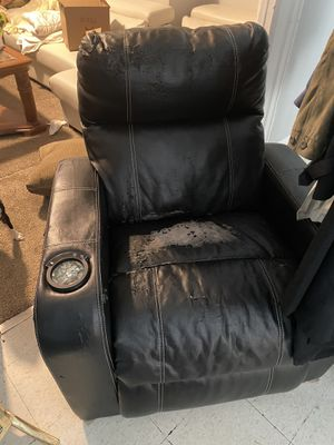 Lay-Z Boy Electric Reclining Chair Fully Funtional for Sale in Buffalo, NY