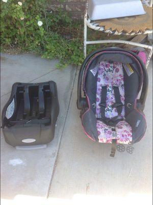 Infant car seat w/ base for Sale in Hemet, CA